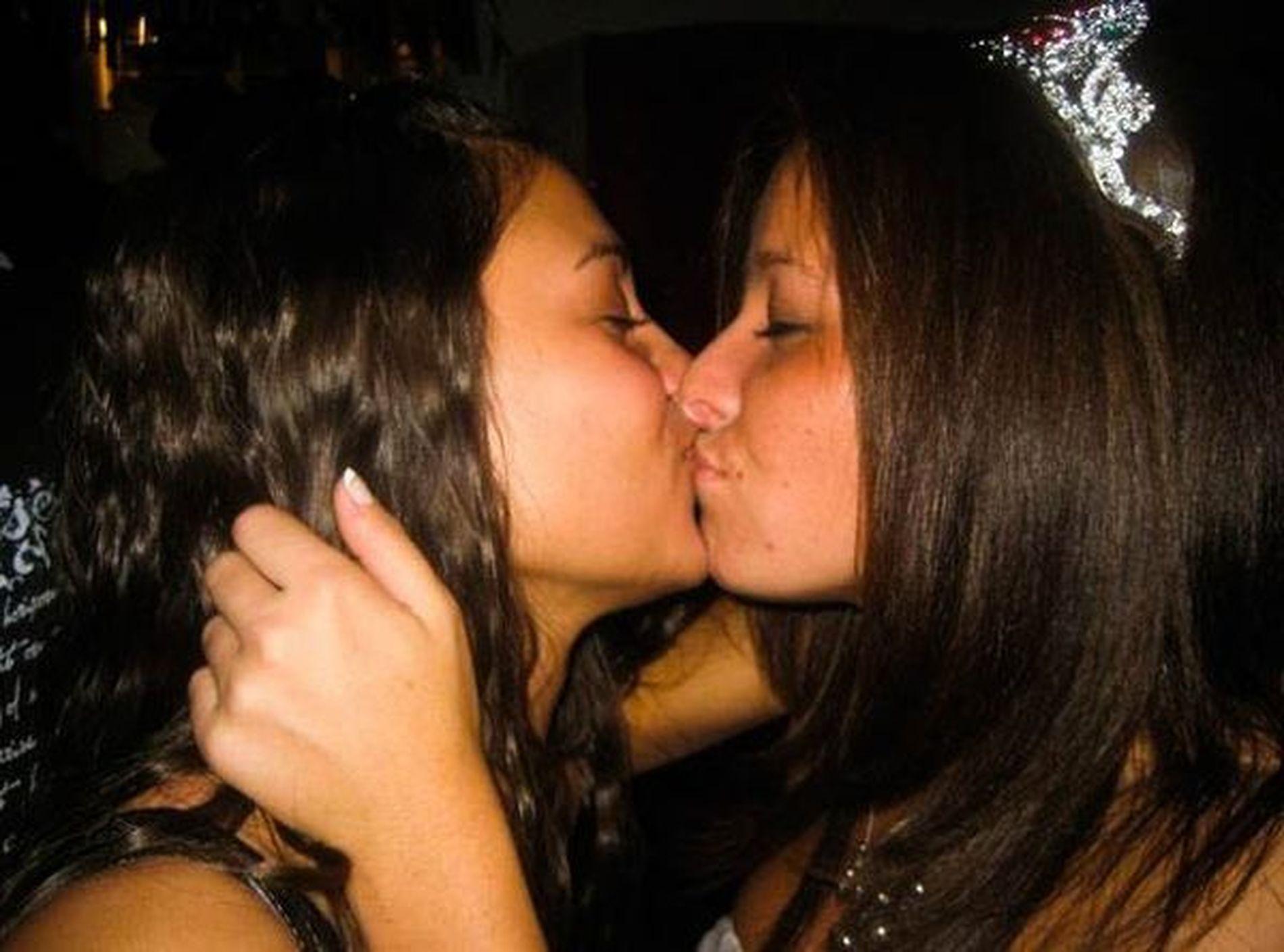 Арабские девушки целуются — photo 1